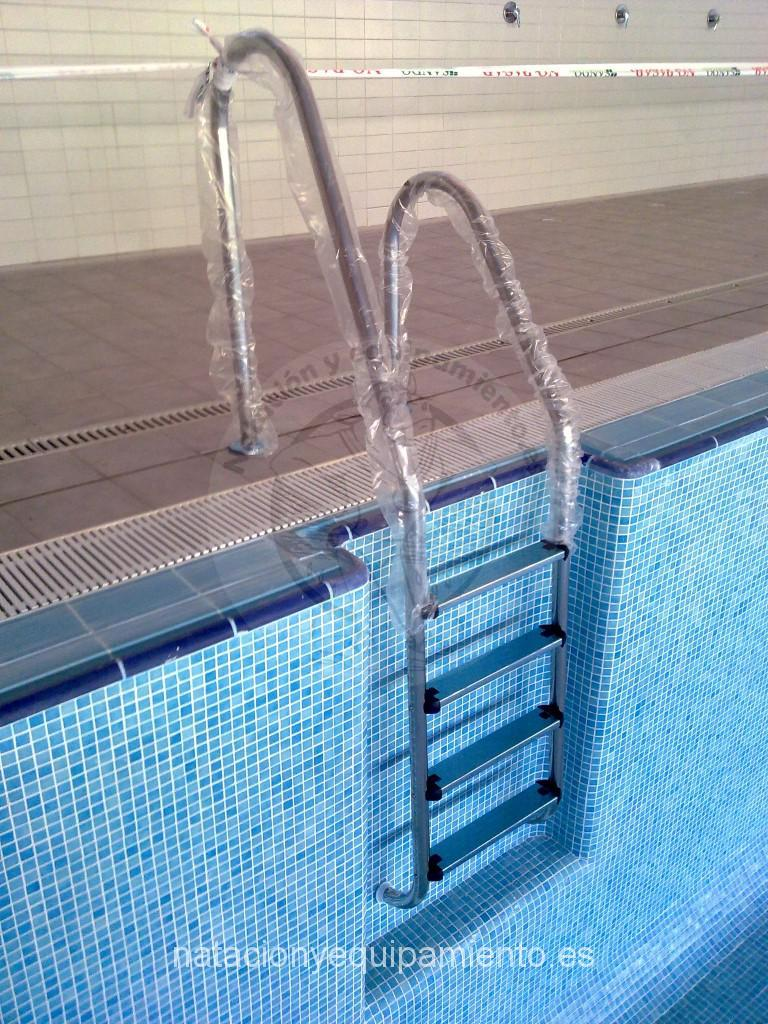 Escalera piscina standar asimetrica for Escalones piscina
